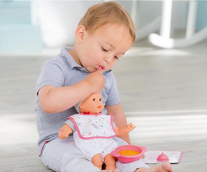 Un petit garçon avec un poupon