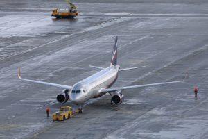 Avion sur une piste dans un aéroport