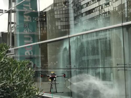 nettoyage de vitres par un drone